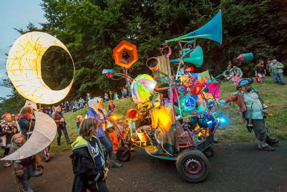 The Hurly Burly, mobile sound sculpture leads a lantern parade at Just So Festival 2017